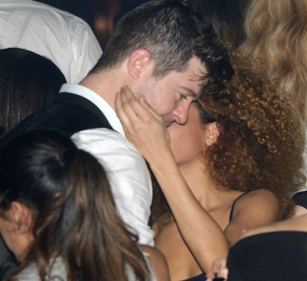Photos: Robin Thicke Spotted In Paris Nightclub Making Out With Beautiful Mystery Woman