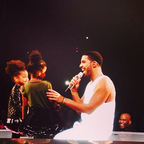 """Drake Brings Nieces On Stage And Sings """"Hold On, We're Going Home"""" To Them"""
