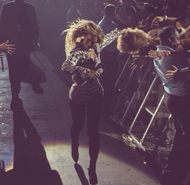 Watch Footage: Beyonce Reacts To Fan Throwing Wig At Her